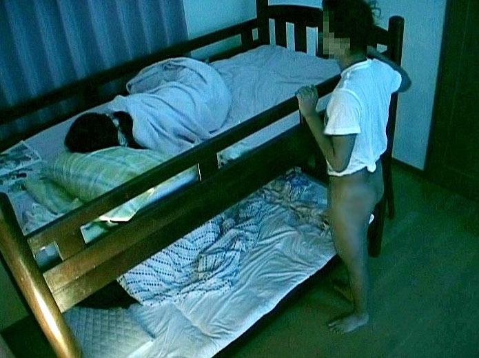 【夜這いエロ動画】二段ベッドで眠る美少女姉妹のすんげぇエロぃ身体してる姉の方をレイプぅ₍₍ ᕕ(´ ω` )ᕗ⁾⁾上に眠る妹の反応は… 02