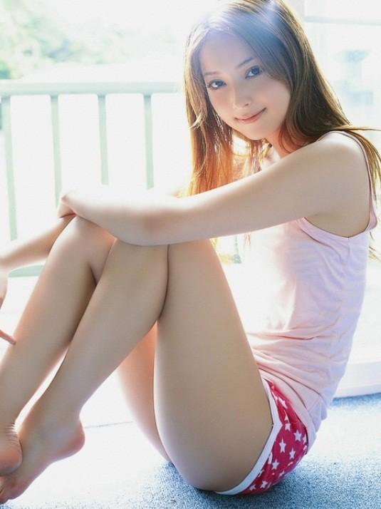 【体育座りエロ画像】寄った太ももとチラ見える股間が破壊力高すぎな女の子の体育座りwww 03