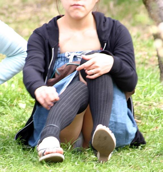 【体育座りエロ画像】寄った太ももとチラ見える股間が破壊力高すぎな女の子の体育座りwww 11