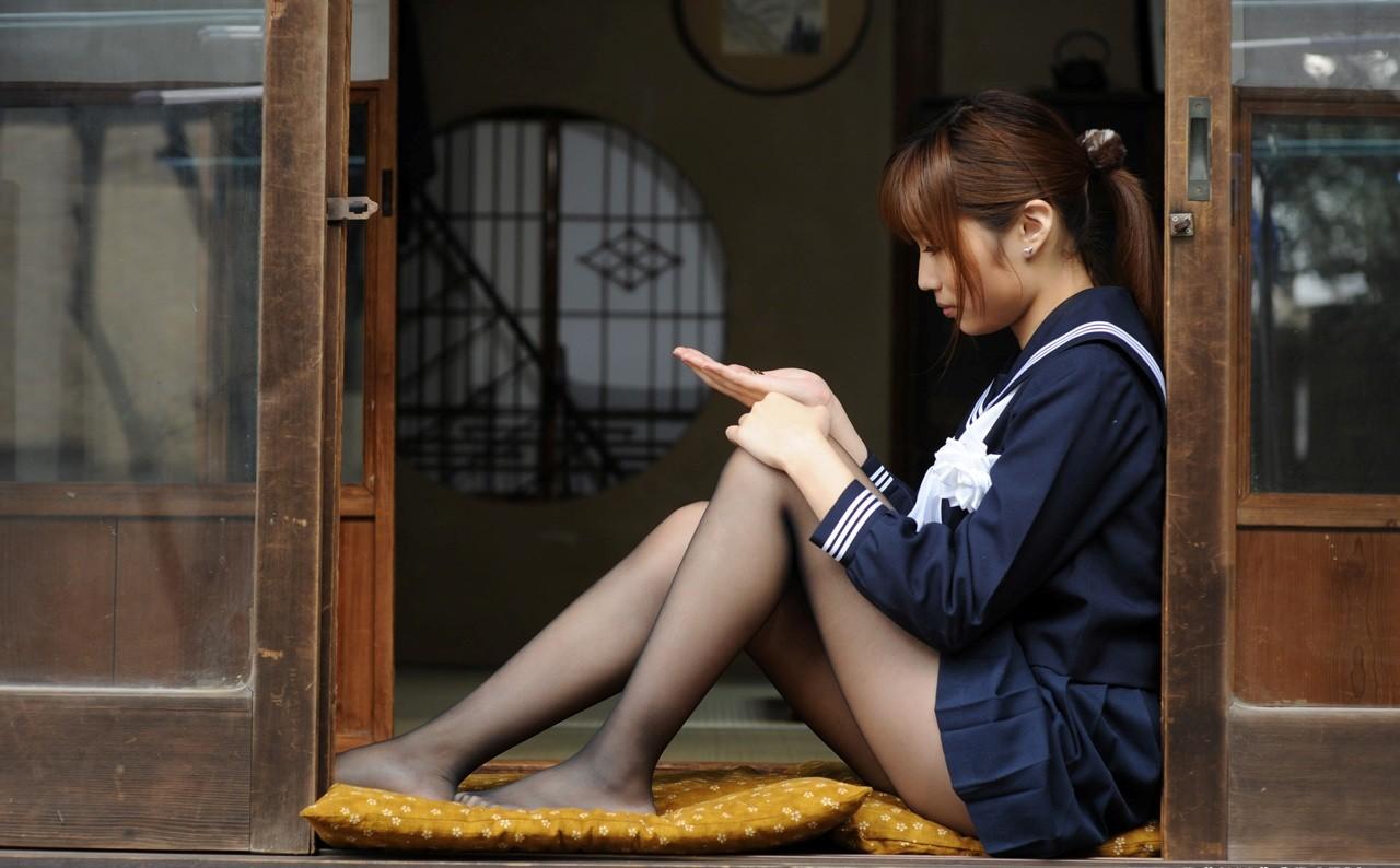 【体育座りエロ画像】寄った太ももとチラ見える股間が破壊力高すぎな女の子の体育座りwww 19