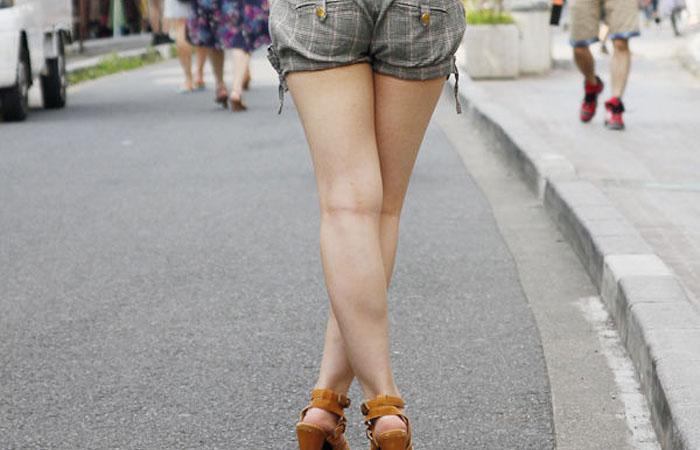【美脚微エロ画像】交差させると何故かイヤらしさが際立つ内股女子のムッチリ美脚www 001