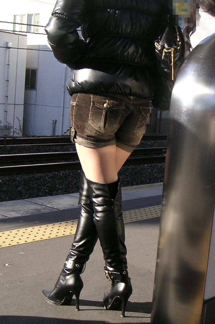 【美脚微エロ画像】交差させると何故かイヤらしさが際立つ内股女子のムッチリ美脚www 08