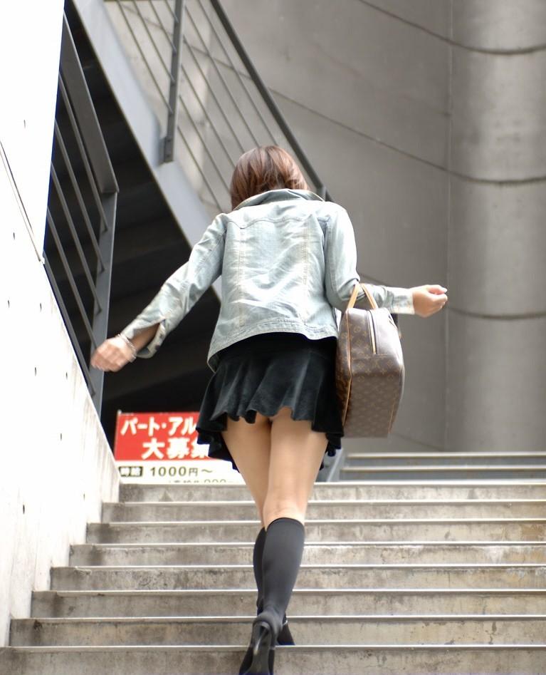 【美脚微エロ画像】交差させると何故かイヤらしさが際立つ内股女子のムッチリ美脚www 12