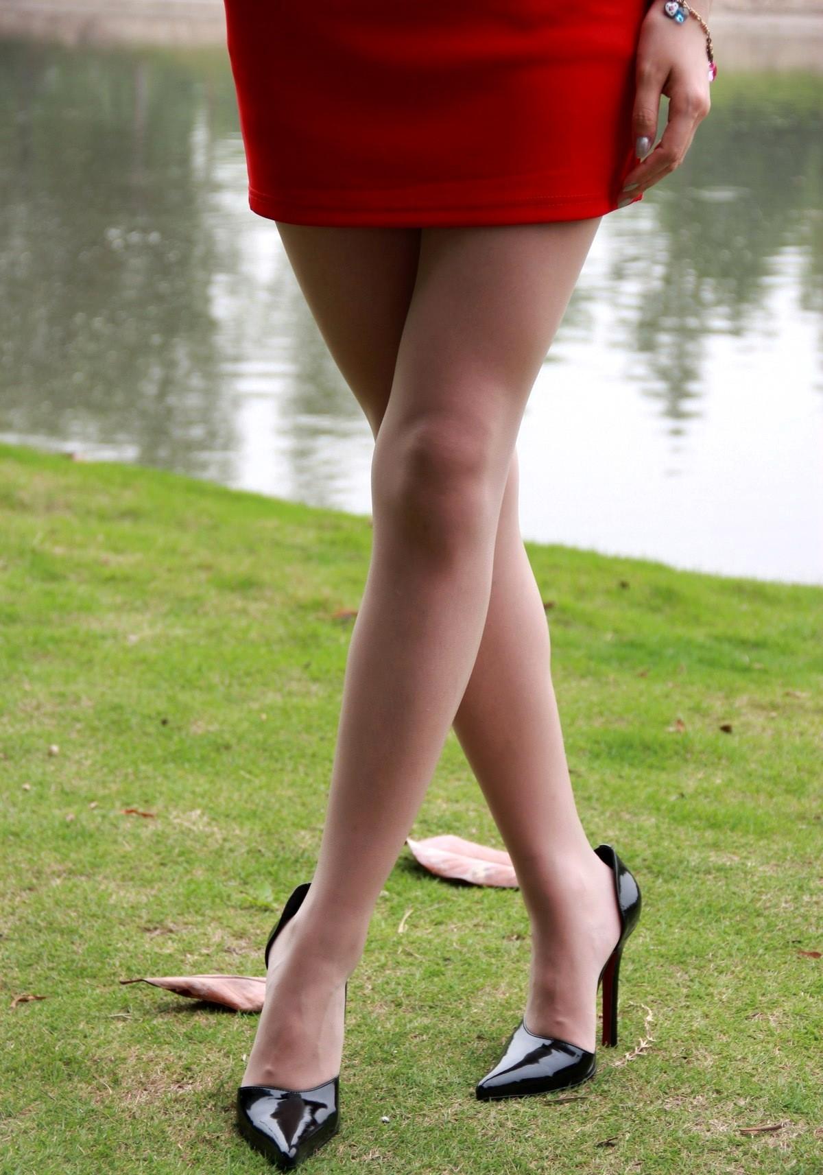【美脚微エロ画像】交差させると何故かイヤらしさが際立つ内股女子のムッチリ美脚www 19
