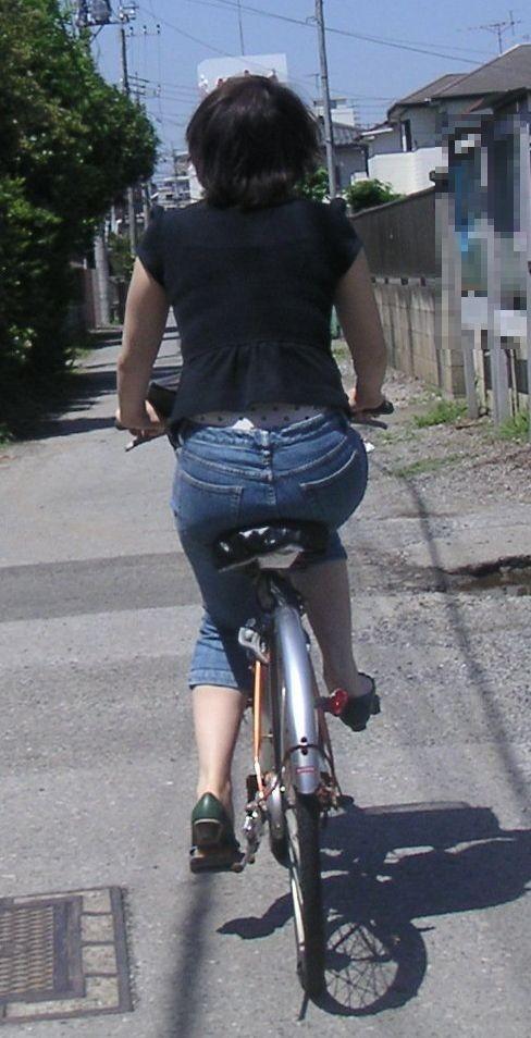 【自転車女子エロ画像】チャリ移動中の巨尻女子…サドルよりも俺の背中に乗らないか? 01