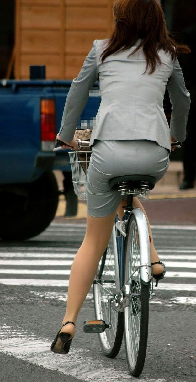 【自転車女子エロ画像】チャリ移動中の巨尻女子…サドルよりも俺の背中に乗らないか? 02