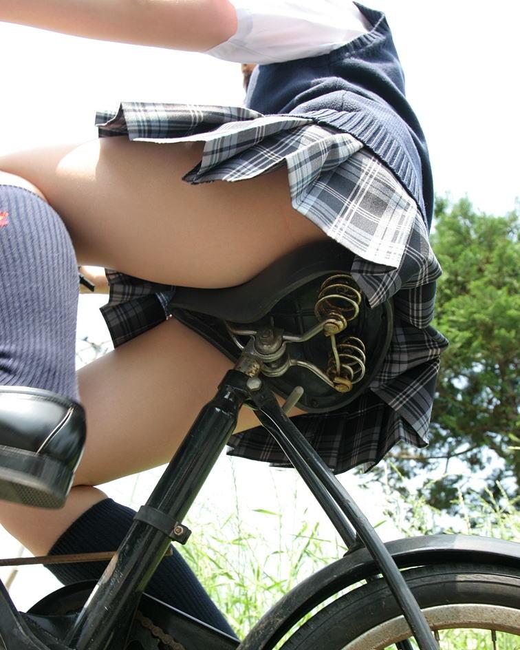 【自転車女子エロ画像】チャリ移動中の巨尻女子…サドルよりも俺の背中に乗らないか? 06