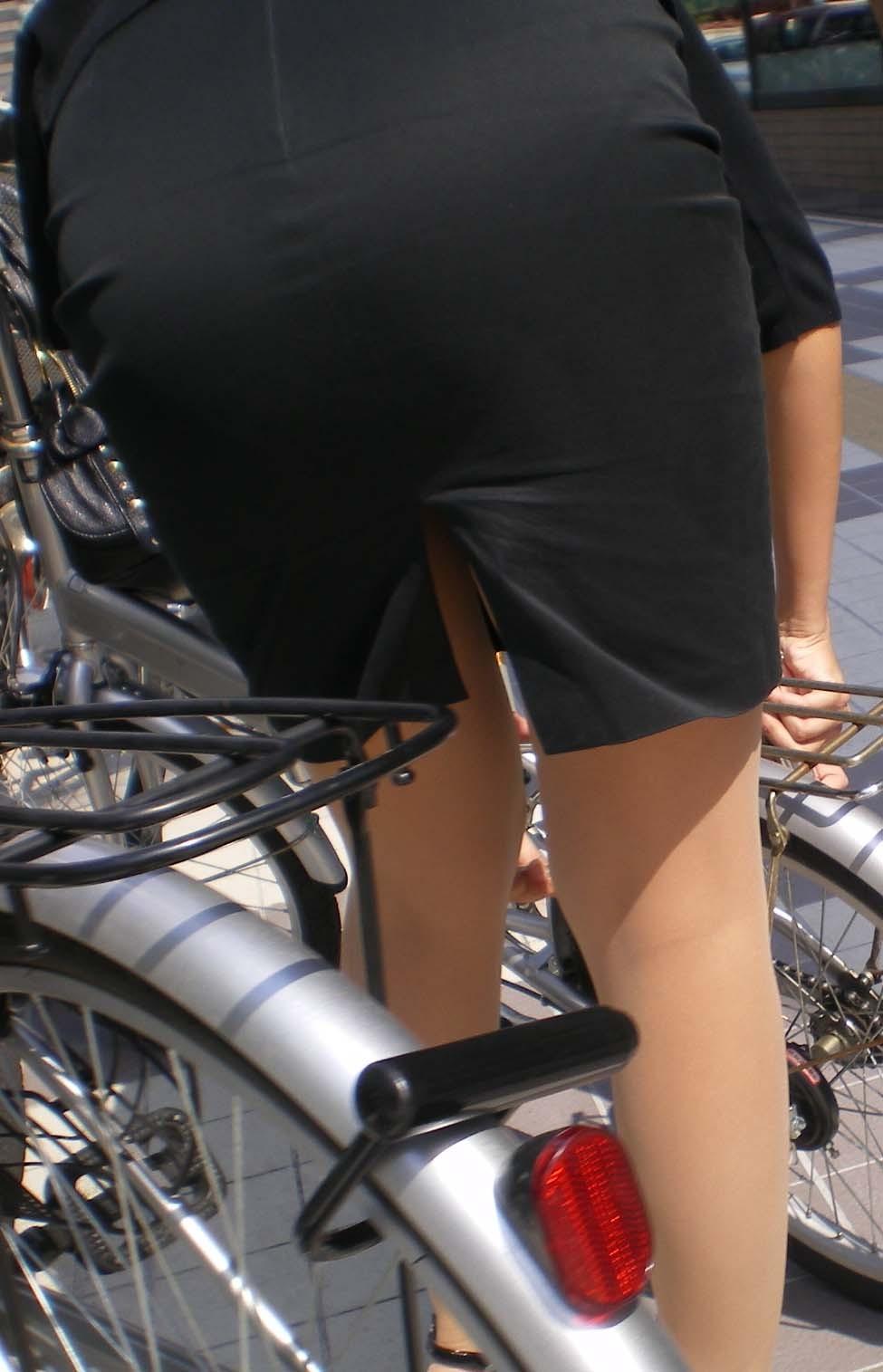 【自転車女子エロ画像】チャリ移動中の巨尻女子…サドルよりも俺の背中に乗らないか? 07