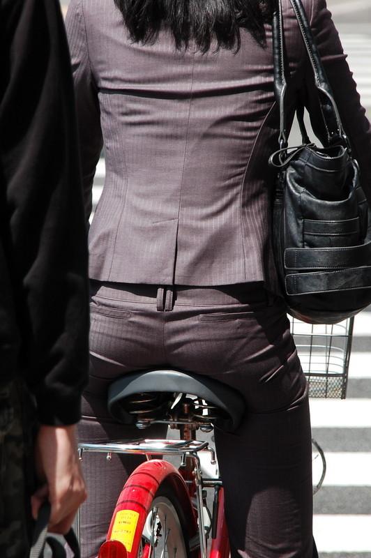 【自転車女子エロ画像】チャリ移動中の巨尻女子…サドルよりも俺の背中に乗らないか? 09