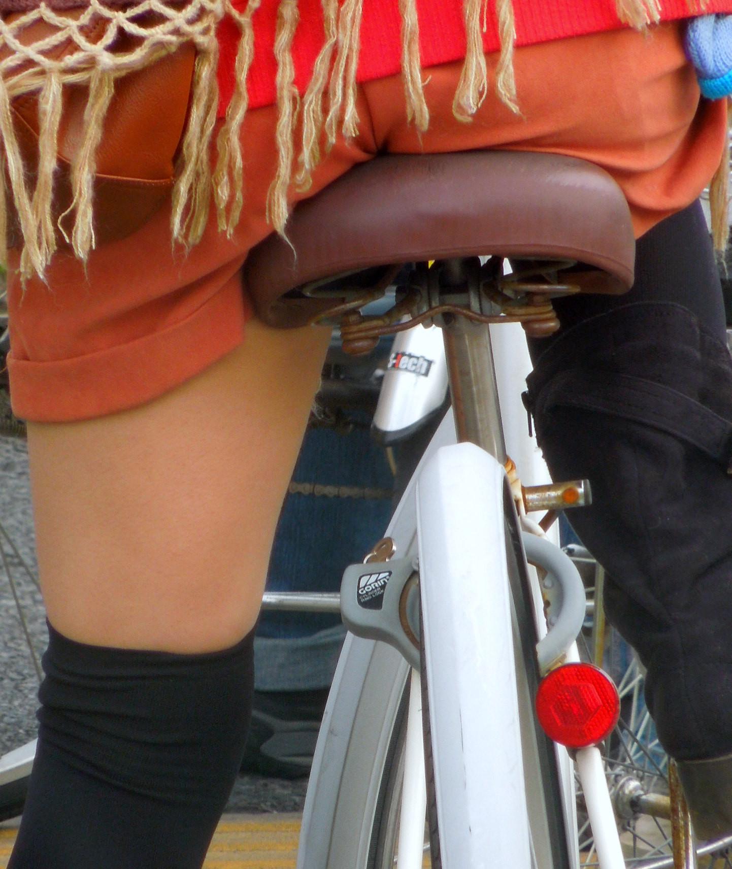 【自転車女子エロ画像】チャリ移動中の巨尻女子…サドルよりも俺の背中に乗らないか? 11