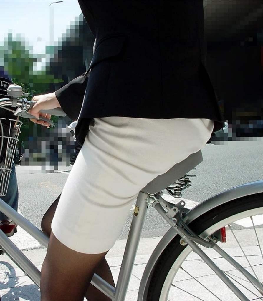 【自転車女子エロ画像】チャリ移動中の巨尻女子…サドルよりも俺の背中に乗らないか? 12