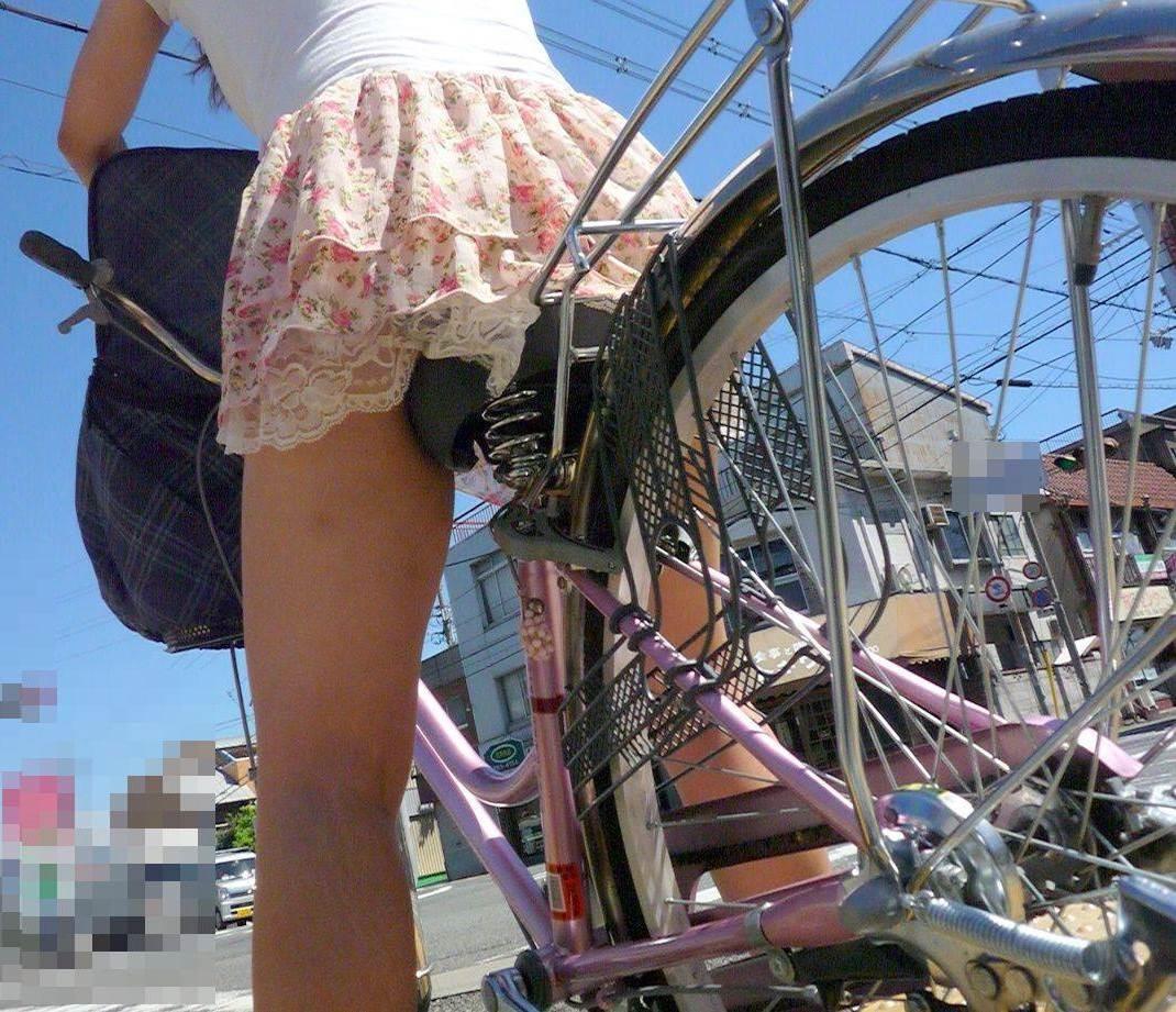 【自転車女子エロ画像】チャリ移動中の巨尻女子…サドルよりも俺の背中に乗らないか? 15