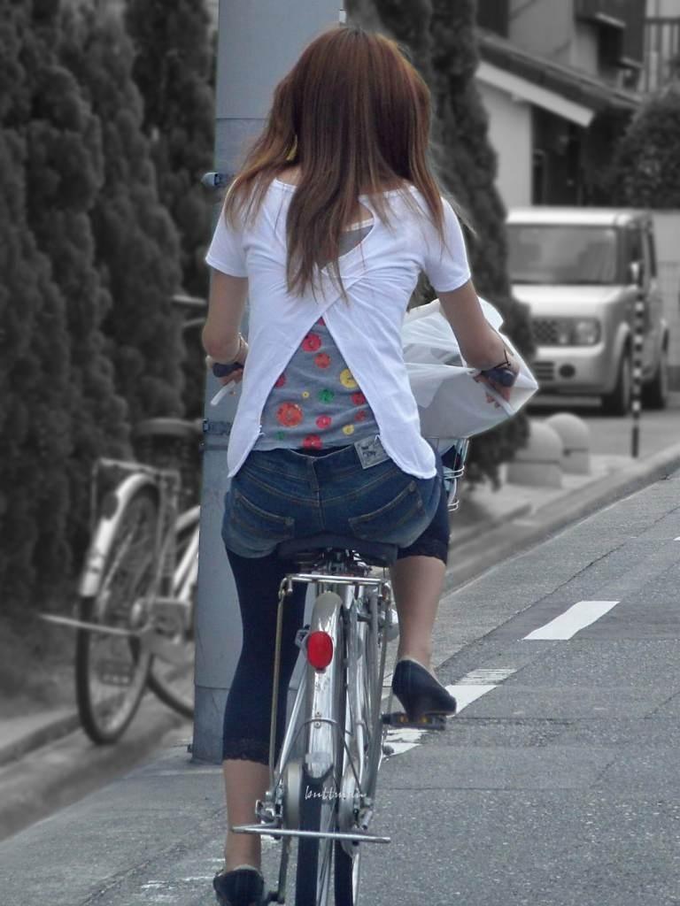 【自転車女子エロ画像】チャリ移動中の巨尻女子…サドルよりも俺の背中に乗らないか? 18