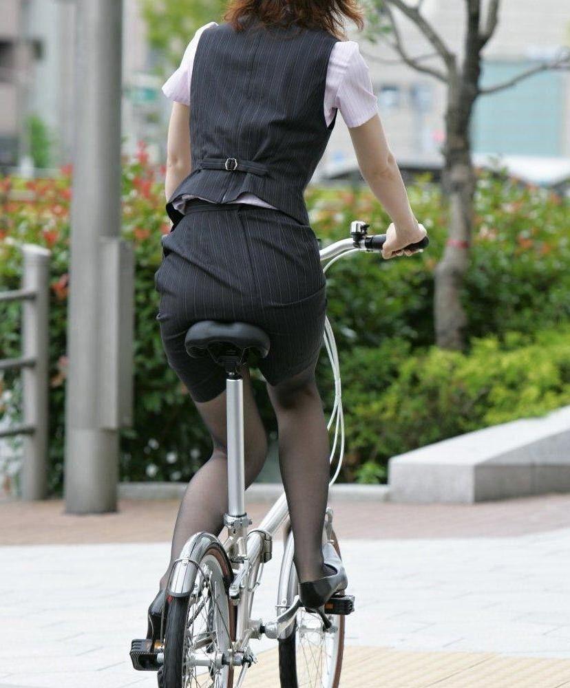 【自転車女子エロ画像】チャリ移動中の巨尻女子…サドルよりも俺の背中に乗らないか? 20