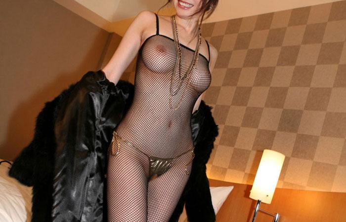 【網タイツエロ画像】性的以外の用途が全く見当つかない裸同然の全身網タイツ姿www 001
