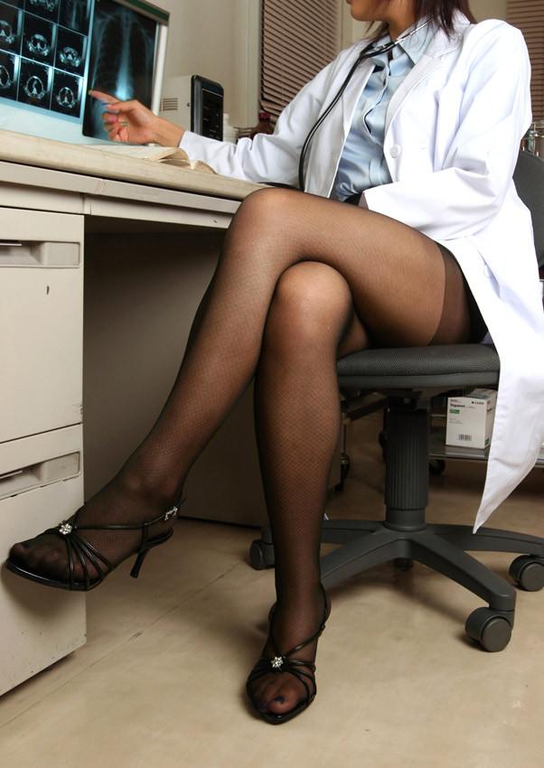 【女医エロ画像】脚を組み直しがら冷淡な視線を向ける…これが理想の痴的女医www 06