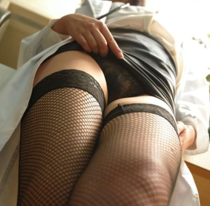 【女医エロ画像】脚を組み直しがら冷淡な視線を向ける…これが理想の痴的女医www 08
