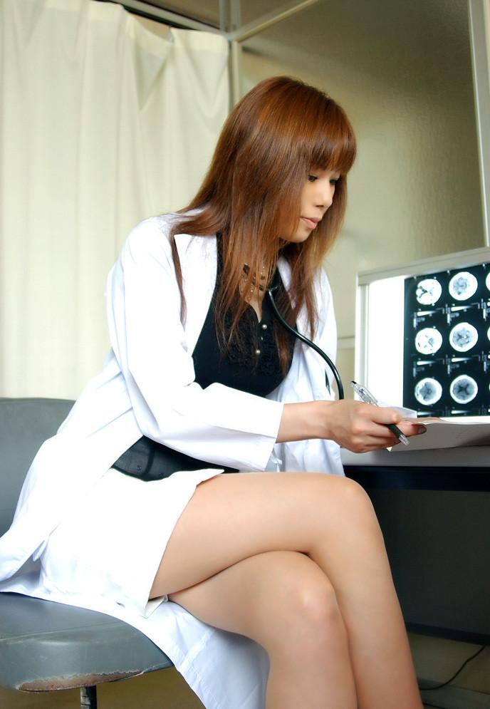 【女医エロ画像】脚を組み直しがら冷淡な視線を向ける…これが理想の痴的女医www 14
