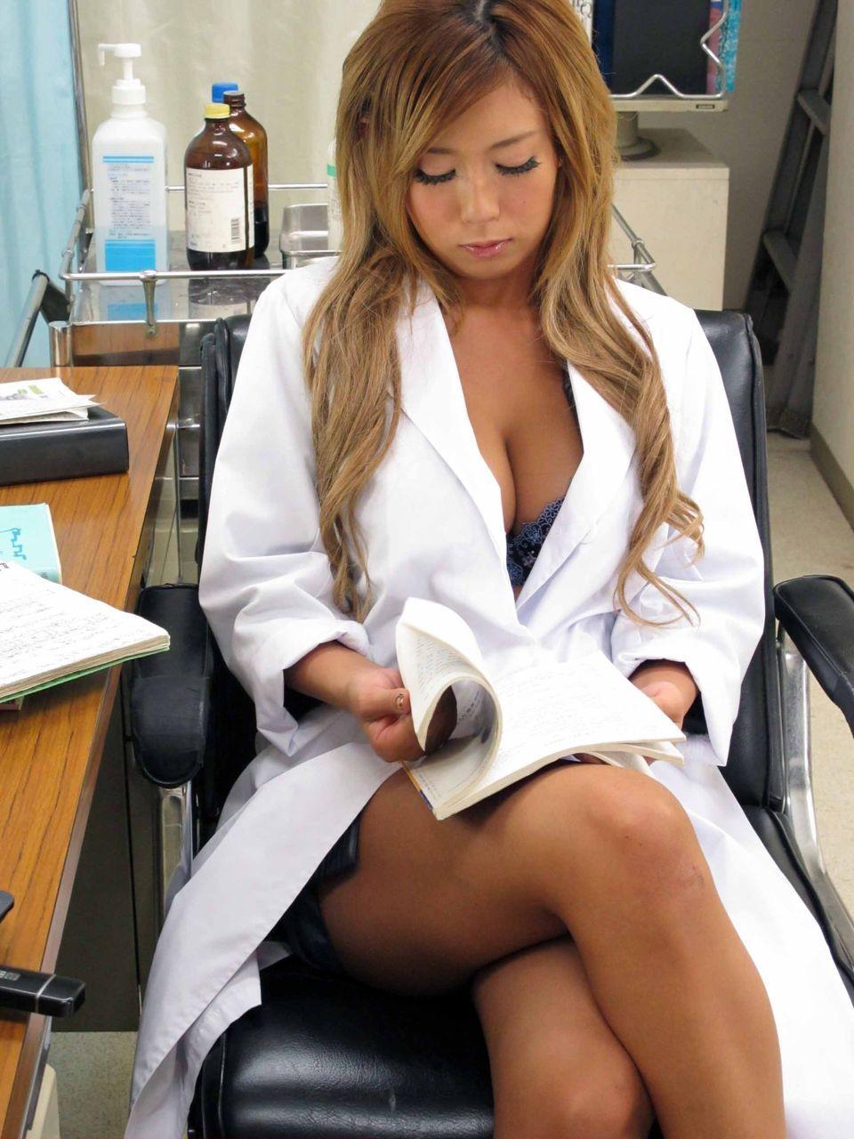 【女医エロ画像】脚を組み直しがら冷淡な視線を向ける…これが理想の痴的女医www 16