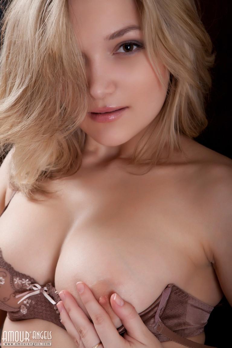 【海外エロ画像】巨乳で細くて肌も綺麗って…反則すぎるだろ外人のお姉さんwww 03