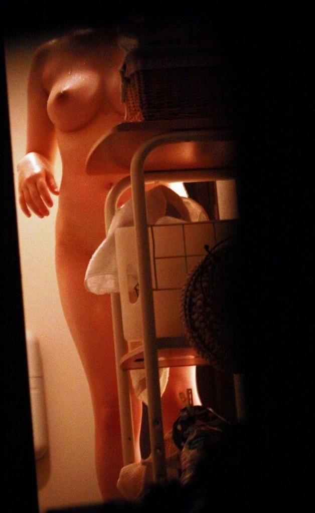 【女体着替えエロ画像】親しき仲に礼儀はなかった…遠慮なく彼女の着替え覗きwww 18