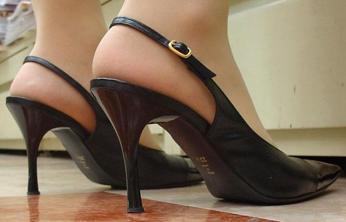 【足フェチエロ画像】踏んづけられても平気、むしろ嬉しいお姉さん達の美しい足www 001