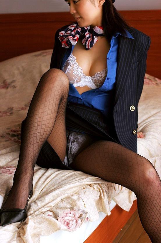 【働く女性の着エロ画像】エリート風吹かせた美人CAに性的な恥をかかせるの楽しすぎwww 03