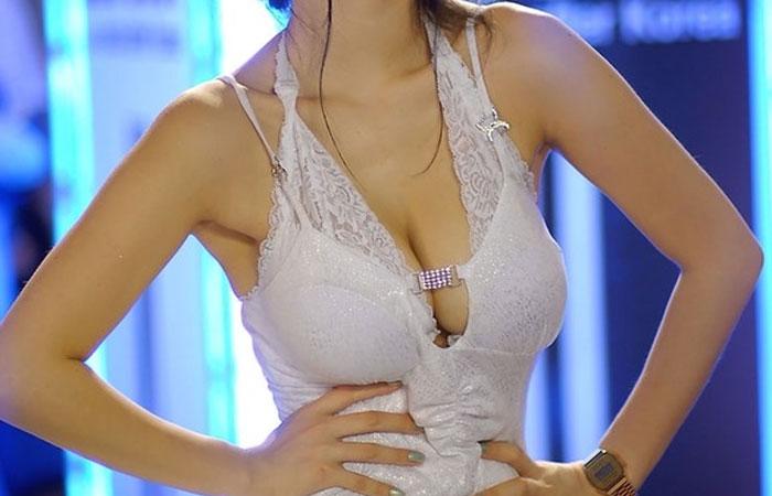 【海外キャンギャルエロ画像】近隣国のキャンギャルスペック高すぎwwwもはやその着衣巨乳が魔性(゚Д゚)