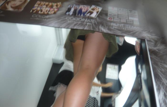 【パンチラエロ画像】プリクラ撮影・落書き中は下半身が隙だらけ!パンツ覗き放題で(゚∀゚*)ウマー