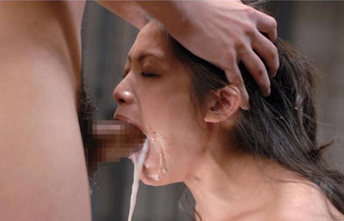 【イラマチオエロ画像】好きな男のモノなら飲み込んでみたい?涎と涙まみれのイラマ口虐www