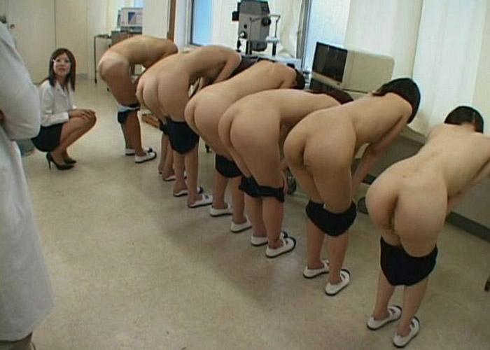 【羞恥系エロ画像】イジメ?またはパワハラの現場?大勢の前で裸体晒しを強要される美女たち(゜ロ゜ノ)ノ 01