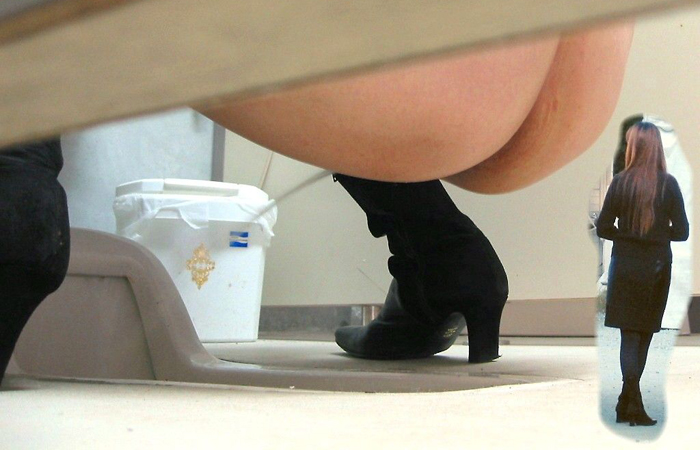 【盗撮エロ画像】イヤらしすぎwww和式トイレで放尿中な女の子の美尻(*´д`*)