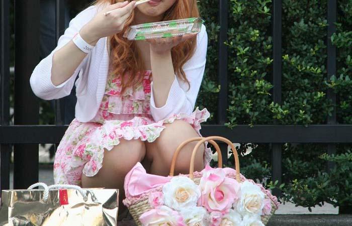 【パンチラエロ画像】下品だけど歓迎!道端で飲み食いしながら股間見せつけている女の子www