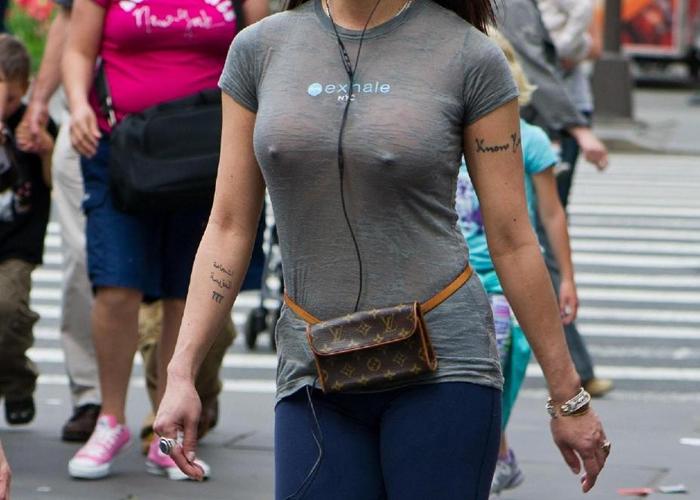 【海外エロ画像】アメリカレディはブラがお嫌い?街中なのに乳頭ポチりな淑女が多数(*´д`*) 01