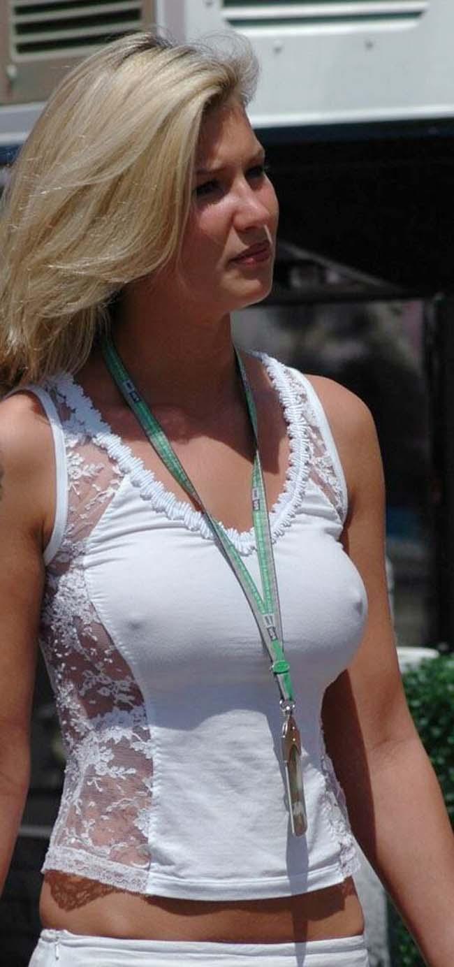 Просвечивающая сквозь футболка без лифчика 2 фотография