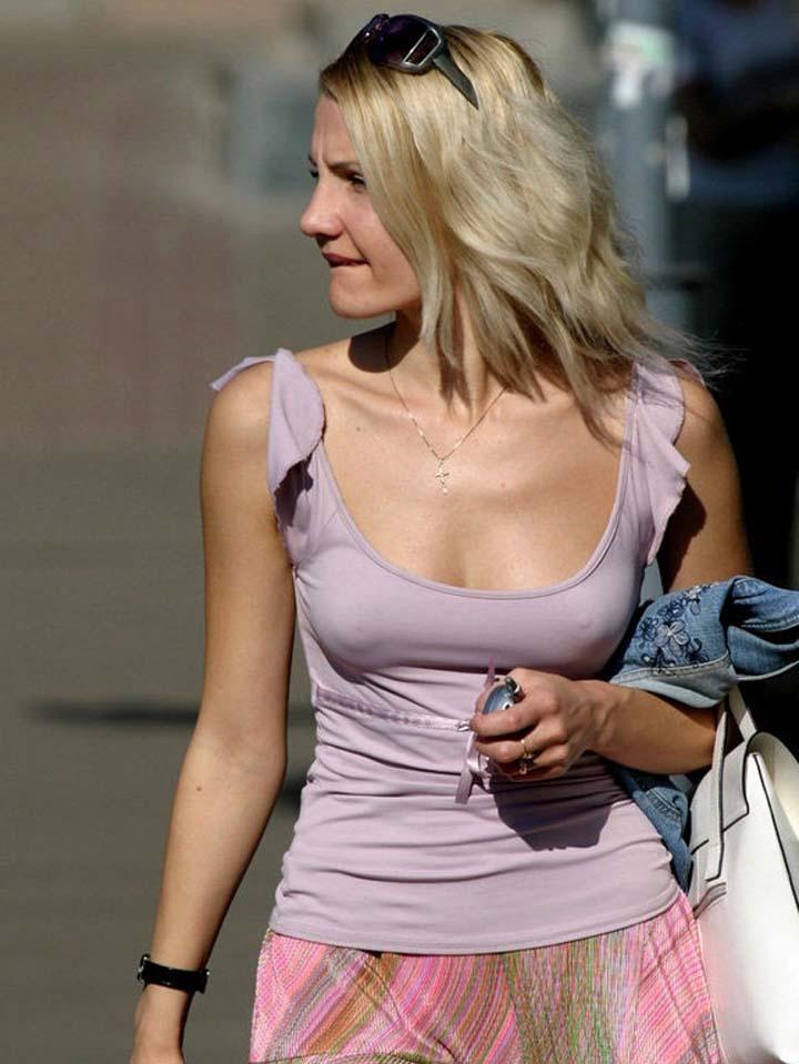 【海外エロ画像】アメリカレディはブラがお嫌い?街中なのに乳頭ポチりな淑女が多数(*´д`*) 03