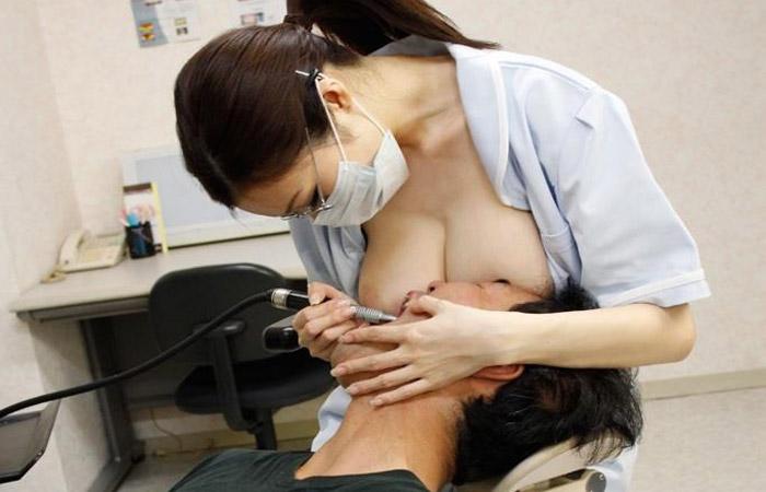 【働く女性エロ画像】これなら痛みも気にならない!おっぱい押し当てるエッチな歯科衛生士さんの図www
