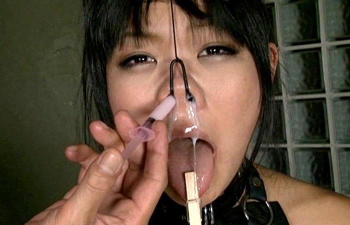 【ぶっかけエロ画像】鼻フックで豚顔された女に大量ぶっかけ…酷い状況だけど可愛くね!?(*´д`*)