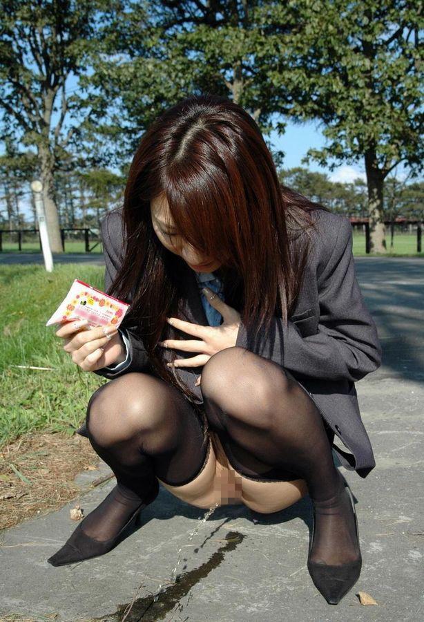 【放尿エロ画像】ここにいる皆、自分の意思での行動www変態女子の豪快な野ション(゜ロ゜ノ)ノ 02