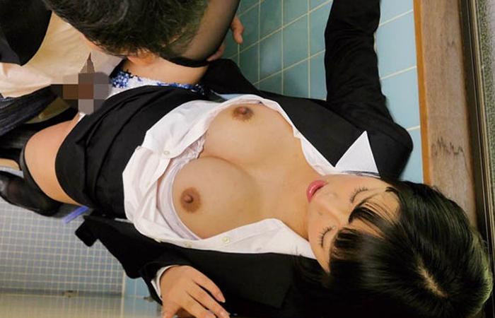 【朗報】会社の共同トイレでエロ写メ撮ってるような変態OLなら100%ヤレる!! 01