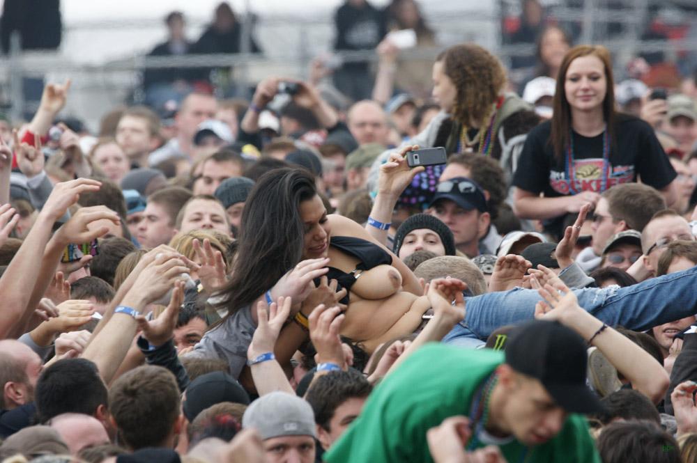 【露出注意】ライブ会場でテンション上がりすぎた女性がペロンしすぎてて生きてくの辛い・・・(画像あり) 05
