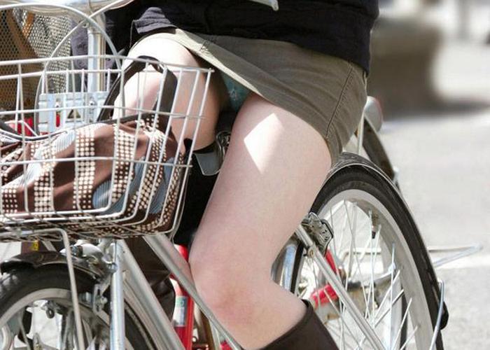 【パンチラエロ画像】きっと見せたいから自転車乗ってパンチラ乱発するミニスカギャル達(゜ロ゜ノ)ノ 01