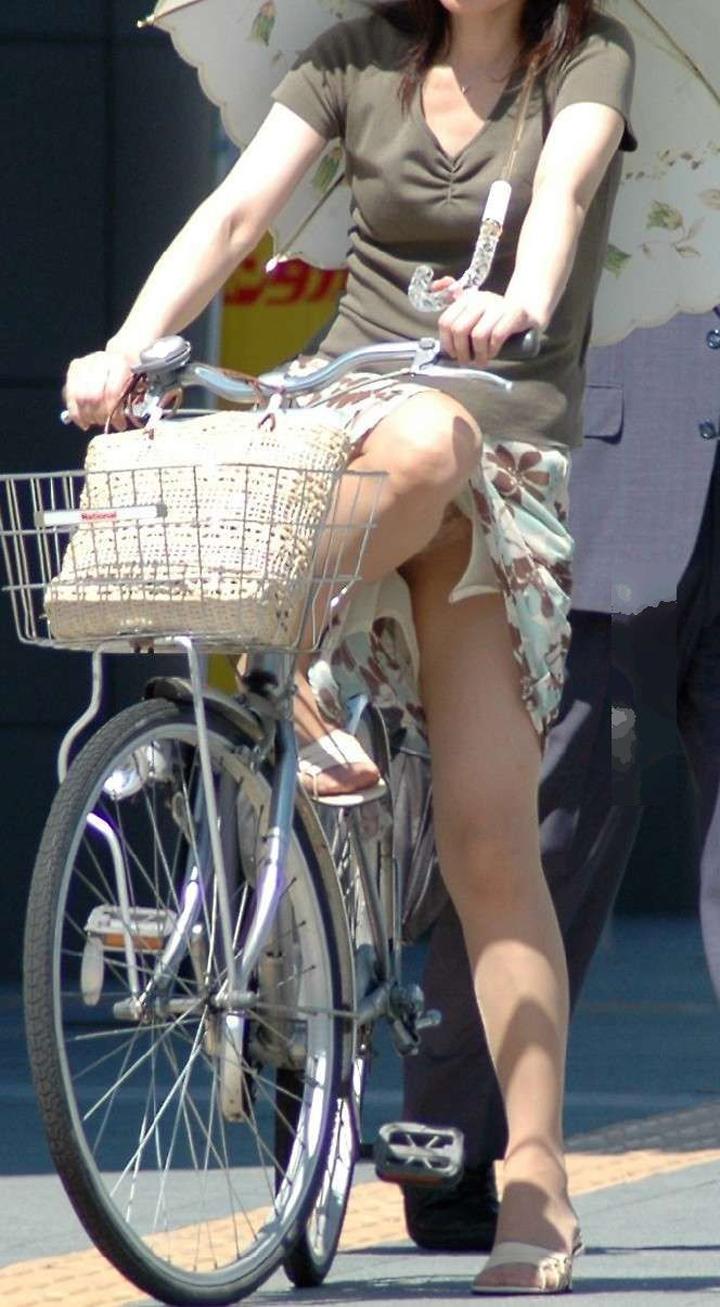 【パンチラエロ画像】きっと見せたいから自転車乗ってパンチラ乱発するミニスカギャル達(゜ロ゜ノ)ノ 02