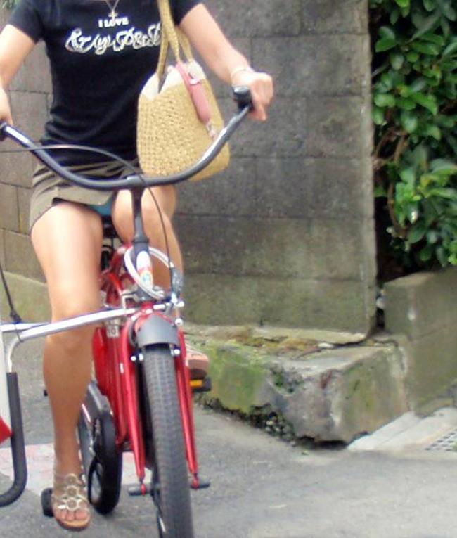 【パンチラエロ画像】きっと見せたいから自転車乗ってパンチラ乱発するミニスカギャル達(゜ロ゜ノ)ノ 03