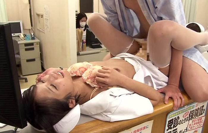 時間が止まる腕時計をゲット!さて、憧れの美人看護師さんの更衣室に潜入して… 01