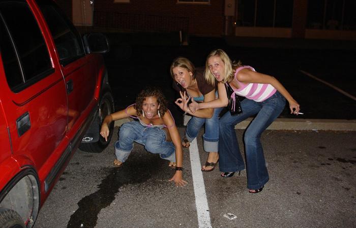 【放尿エロ画像】停車中の陰に注意!いるかもしれないオシッコ中の女www