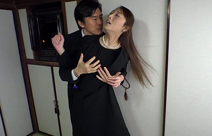 松島葵 夫を亡くして1年、義父と義兄によって渇いた身体を暴かれた未亡人! 01