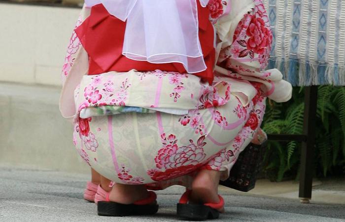 【和服エロ画像】夏の風物詩は透けて当然!パンツがクッキリ街の浴衣女子www