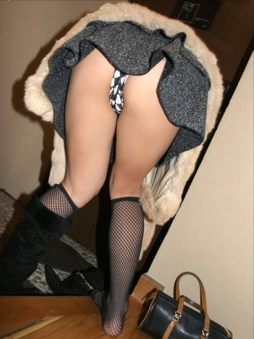 【パンチラ画像】街中でミニスカート歩いている女の子が前屈みになった結果w 01