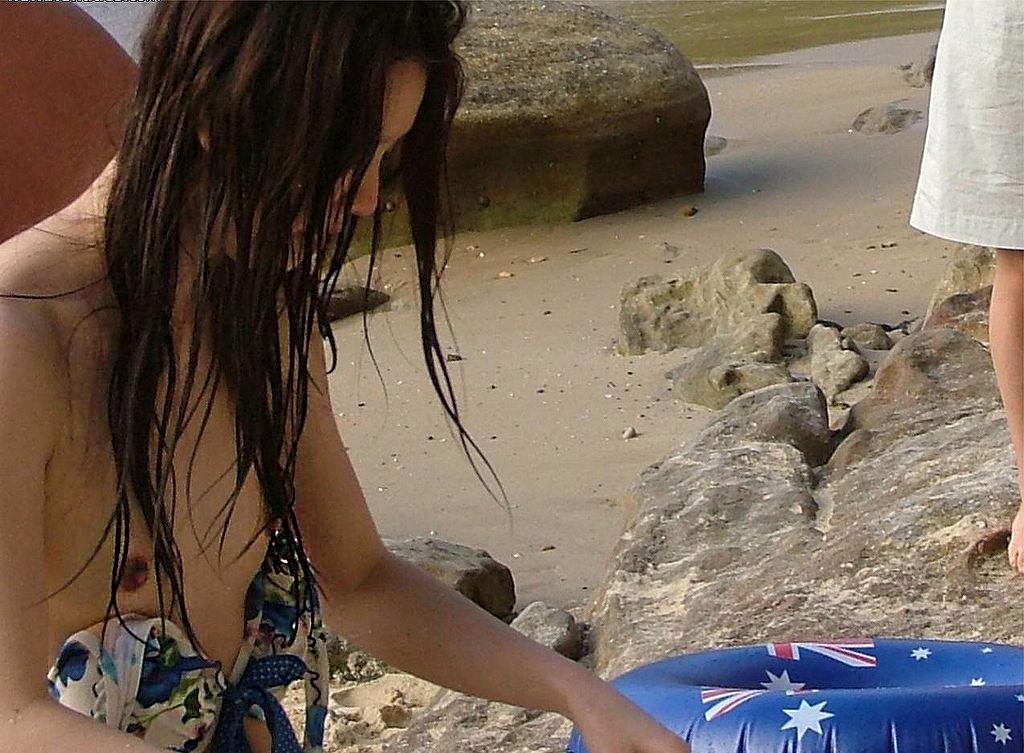 【ハプニング画像】夏だ!ビキニだ!ハプニングだーwwちょっとお姉さん気付いてないの?色々見えちゃってますけどww 01